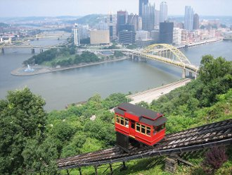 Duquesne Incline from the top. By Plastikspork (Own work) [CC-BY-SA-3.0 (www.creativecommons.org/licenses/by-sa/3.0) or GFDL (www.gnu.org/copyleft/fdl.html)], via Wikimedia Commons.